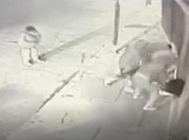 Captan brutal golpiza que propinan tres sujetos a persona discapacitada